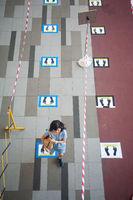Singapur, Republik Singapur, Social Distancing und Absperrung an Ausgabestelle fuer Desinfektionsmittel