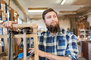 Hipster Schreiner als selbständiger Handwerker