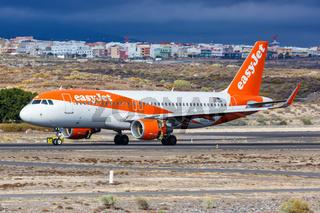EasyJet Europe Airbus A320 Flugzeug Flughafen Teneriffa Süd in Spanien