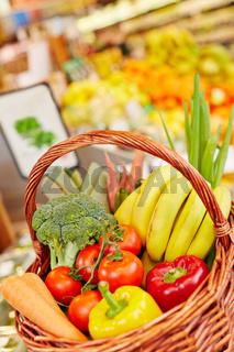 Frisches Gemüse im Korb im Supermarkt