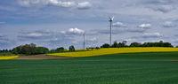 Frühlingslandschaft mit Windrädern im Schwarzwald bei Sulz am Neckar