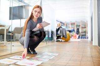 Frau als Grafikdesigner bei Farbauswahl