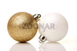 Weihnachten, Weihnachtskugeln gold und weiß