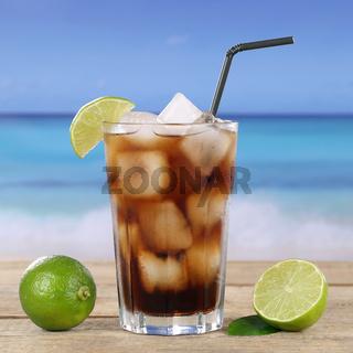 Cola oder Cuba Libre Cocktail Getränk am Strand