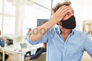 Ängstlicher Business Mann mit Mundschutz