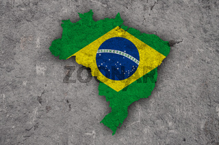 Karte und Fahne von Brasilien auf verwittertem Beton - Map and flag of Brazil on weathered concrete