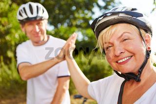 Frau und Mann geben sich High Five