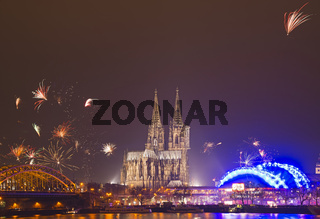 Silvesterfeuerwerk, Hohenzollernbrücke mit Dom und Musical Dome, Rheinufer, Köln, Rheinland, Nordrhein-Westfalen, Deutschland, Europa