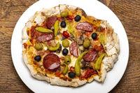 Übersicht über eine Pizza auf Holz