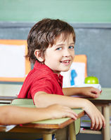 Glückliches Kind in der Grundschule
