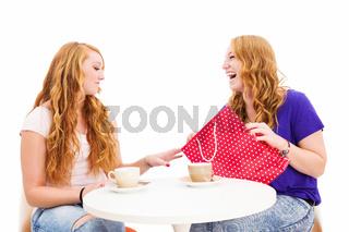 junge frauen beim kaffee mit einer einkaufstüte