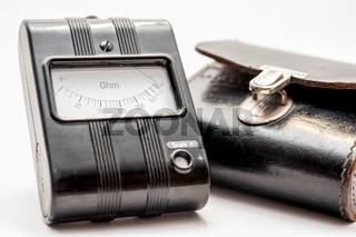 Nahaufnahme eines alten Widerstandsmessgerätes mit Ledertasche