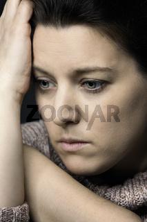 Frauenportrait Stirn an Handfläche abgestützt