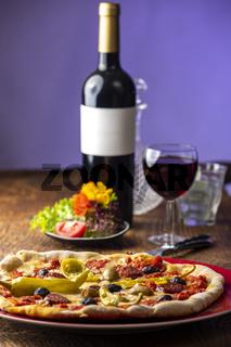 frische Pizza mit Rotwein