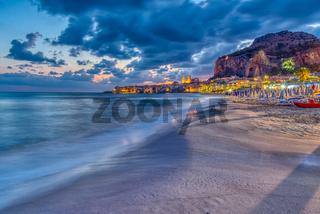 Der Strand von Cefalu an der Nordküste Siziliens