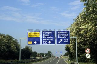 Autobahn mit Schilderbrücke