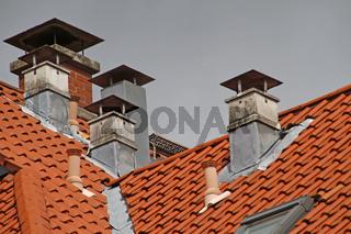 Schornsteine auf einem Wohnhaus