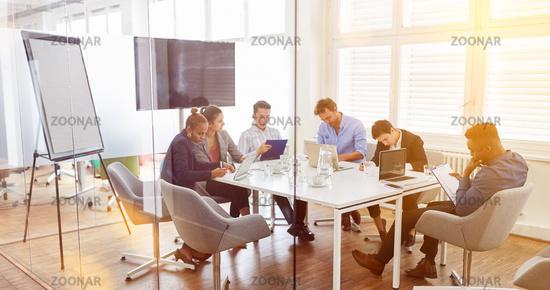 Team Besprechung bei Business Meeting im Büro