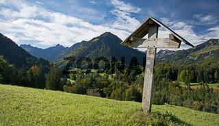 Feldkreuz im Oytal, dahinter links das Trettachtal und rechts das Stillachtal, Oberstdorf, Oberallgäu, Bayern, Deutschland, Europa