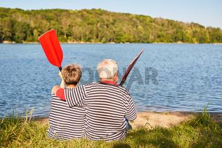 Senioren Paar blickt entspannt auf den See
