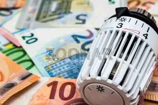 Heizungsthermostat mit Geldscheinen