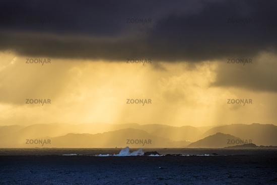 Wolken über den Lyngdalsfjord in Norwegen