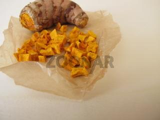 Getrocknete Kurkuma, Gelbwurz Wurzel in Wachspapier