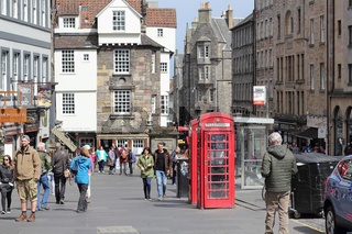 Stadtleben in der High Street, einem Abschnitt der Royal Mile in Edinburgh