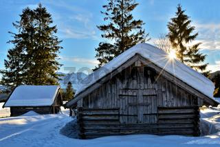 winterliche Holzhütte in Bayern
