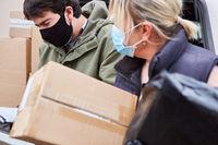 Zusammenarbeit von Paketdienst Team bei Zustellung