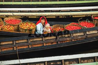 Entladung von Tomaten, Nyaung Shwe, Inle See, Myanmar, Asien