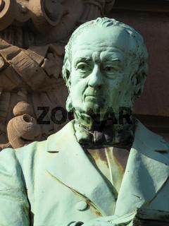 Bronzfigur am Hamburger Ziviljustitzgebäude