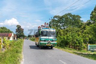 Schulbus auf der Insel Samosir auf Sumatra in Indonesien