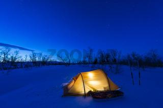 erleuchtetes Zelt in der Abenddaemmerung, Lappland