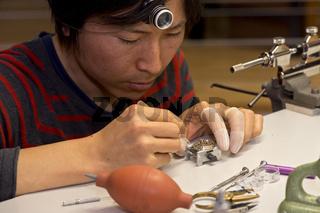 Uhrmacher bei der Montage einer Armbanduhr