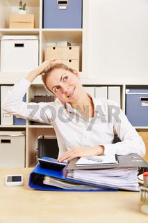 Frau im Büro dehnt ihren Nacken