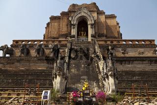 Der buddhistische Tempel Wat Chedi Luang in Chiang Mai - The buddhist Temple Wat Chedi Luang in Chiang Mai