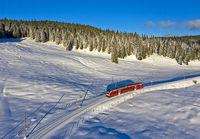 Doppeltriebwagen ABe 4/8 der Eisenbahngesellschaft Chemin de fer Nyon–St-Cergue–Morez (NStCM) am Pass Col de la Givrine