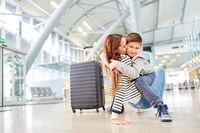 Sohn begrüßt Mutter im Flughafen beim Wiedersehen