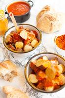 Deftige Currywurst mit Broetchen