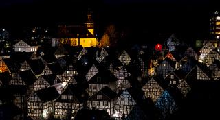Die historische Altstadt von Freudenberg im Siegerland bei Nacht