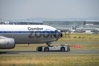 Flugzeug von Condor mit Schlepper