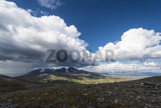 Regenschauer ueber dem Akkamassiv, Stora Sjoefallet Nationalpark, Welterbe Laponia, Lappland