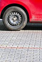 Stahlfelge mit M+S Reifen an einem alten roten Auto