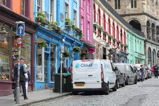 Die malerische Einkaufsstraße Victoria Street in Edinburgh in Schottland
