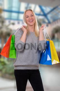 Junge Frau beim Shoppen oder Einkaufen im Geschäft