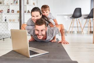 Fröhliche Familie mit Kind beim Videochat