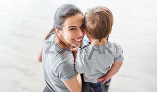 Porträt einer glücklichen Mutter mit ihrem Sohn