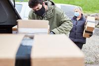 Subunternehmer von Paketdienst stapelt Pakete in Auto