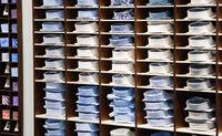 Sommer und Wintermode Männerhemden in einem Regal zum Winterschlussverkauf